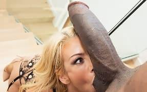 Негр С Большим Хуем Трахает Развратную Блондинку